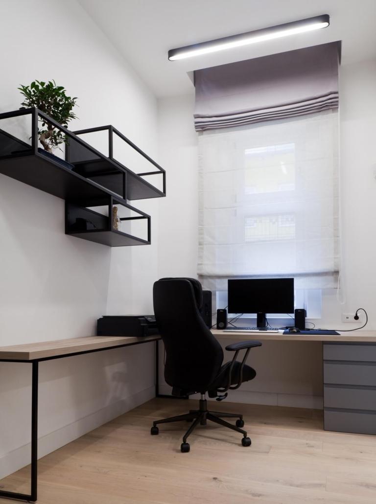 Modern polgári lakás dolgozószobája