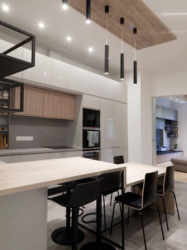 Modern polgári lakás konyhája Budán